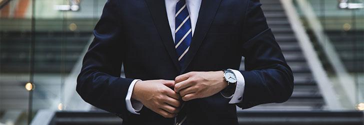 En lånemäklare förmedlar små och stora lån mellan långivare och låntagare